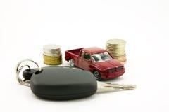 Autosleutels en stuk speelgoed auto en geld royalty-vrije stock afbeelding