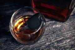 Autosleutels in glas van alcoholdrank Stock Afbeelding