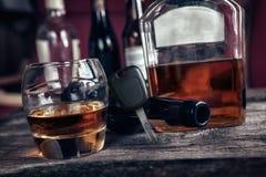Autosleutels op glas met alcoholdrank Stock Afbeeldingen