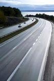 Autosnelweg bij schemer royalty-vrije stock afbeelding