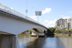 Autosnelweg die de rivier kruisen stock foto's