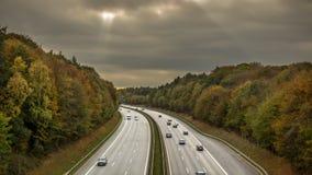 Autosnelweg door een bebost gebied royalty-vrije stock foto's