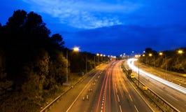 Autosnelweg/weg bij nacht Stock Afbeeldingen