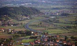 Autosnelwegkrommen over landschap stock foto