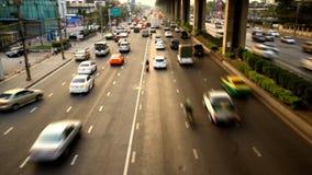 Autosnelwegopstopping bij schemer stock videobeelden
