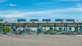 Autosnelwegprijs bij de autosnelwegingang die wordt betaald royalty-vrije stock foto's