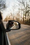 Autospiegel und -photograph machen ein Foto der inneren Straße lizenzfreies stockfoto