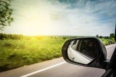 Autospiegel und -photograph machen ein Foto der inneren Straße lizenzfreie stockbilder