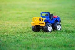 Autospielzeug auf Feld des grünen Grases Stockbilder