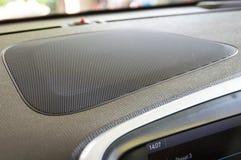 Autosprecherbasslautsprecher auf dem Armaturenbrett stockfotos
