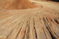 Autospur im Sand Stockbild
