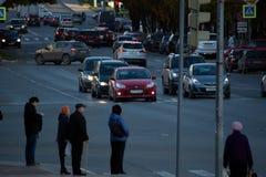 Autostand auf dem roten Licht Stockbild