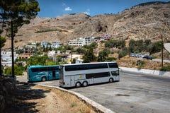 Autostazione con i bus parcheggiati alla città di Chora Sfakion sull'isola di Creta, Grecia Fotografie Stock Libere da Diritti