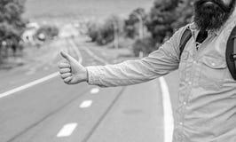 Autostop podróż Podnosi ja up Kciuka gesta próby up przerwy samochodowy drogowy tło Ręka gest hitchhiking Upewniał się ciebie zna obraz royalty free