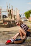 Autostopista rubio de la muchacha Foto de archivo libre de regalías