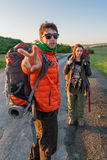 Autostopistas con las mochilas fotos de archivo libres de regalías
