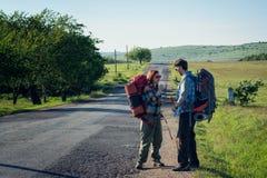 Autostopistas que esperan una elevación foto de archivo