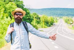 Autostopowicz z specjalnym gestem Mężczyzna próby przerwy samochodowy kciuk up Hitchhiking jeden tani sposobów podróżować Autosto fotografia royalty free