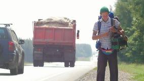 Autostopowicza mężczyzna remisy markier na białym kartonowym uśmiechu zdjęcie wideo