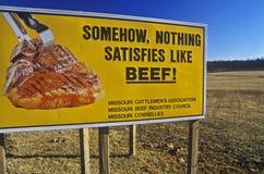 Autostrada billboard promuje wołowinę, Ozarks, MO Zdjęcie Royalty Free