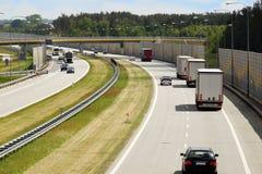 Autostrada buduje z ścianami ogranicza hałas przechodzić c zdjęcia royalty free