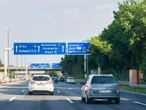 Autostrada A22 con traffico ed i segnali stradali, Vienna, Austria Immagine Stock
