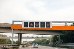 Autostrada della strada principale del driver del segno POV di rallentamento Fotografia Stock