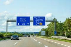 Autostrada drogowi znaki na Autobahn A81 seansie wychodzą Villingen-Schwenningen obraz royalty free