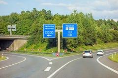 Autostrada drogowy znak na Autobahn A81 Karlsruhe, Heilbronn,/- wychodzi Monachium, lotnisko, bałagan/ obraz stock