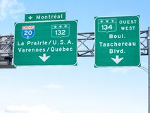 Autostrada drogowy znak wskazuje kierunek Montreal i sposób na Międzystanowej autostradzie usa Kanada granica fotografia royalty free