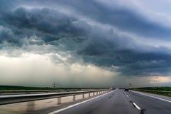Autostrada i burzy niebo Fotografia Royalty Free