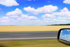 Autostrada i odbicie na samochodowym lustrze obrazy stock