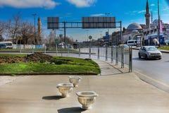 Autostrada Istanbuł, samochody & Meczetowy Unkapani zdjęcie stock