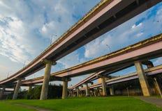 Autostrada nad zieloną łąką w Taipei obrazy stock