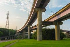 Autostrada nad zieloną łąką w Taipei obrazy royalty free