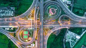 Autostrada, autostrada, autostrada, opłata drogowa sposób przy nocą, widok z lotu ptaka wewnątrz Zdjęcie Stock
