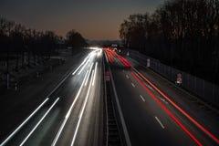 Autostrada prowadzi wewnątrz alps zmierzchem fotografia stock