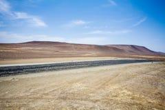 Autostrada przez pustyni obok oceanu w parku narodowym Paracas w Ica, Peru Fotografia Stock