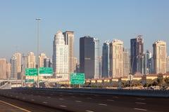 Autostrada przy Jumeirah jeziorem Góruje w Dubaj Zdjęcie Stock