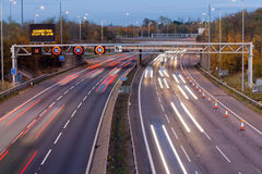 Autostrada przy półmrokiem Fotografia Stock