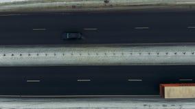 Autostrada ruch drogowy w zima zimnym śnieżnym dniu Samochodu jeżdżenie w ruchu drogowym na śniegu zakrywał drogę zbiory wideo
