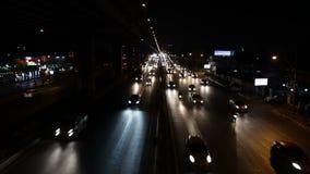 Autostrada ruchu drogowego napędowy dżem przy nocą zbiory
