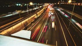 Autostrada ruchu drogowego samochodów jeżdżenia czasu upływ przy Wieloskładnikowym pasa ruchu żużlem zdjęcie wideo