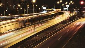 Autostrada ruchu drogowego samochodów jeżdżenia czasu upływ przy Wieloskładnikowym pasa ruchu żużlem zbiory wideo