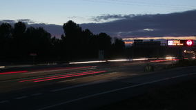 Autostrada ruchu drogowego samochody przy zmierzchu czasu upływem zdjęcie wideo