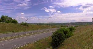 Autostrada samochód i ciężarówka ruszamy się przy wielką prędkością przy słonecznym dniem blisko makowego pola zdjęcie wideo
