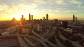Autostrada senza pedaggio aerea di paesaggio urbano di Atlanta stock footage