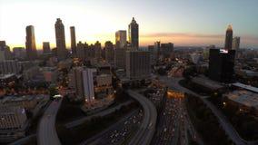 Autostrada senza pedaggio aerea di paesaggio urbano di Atlanta archivi video