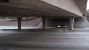 Autostrada senza pedaggio al di sotto del ponte con il veicolo vago fotografie stock
