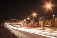 Autostrada senza pedaggio alla notte immagine stock